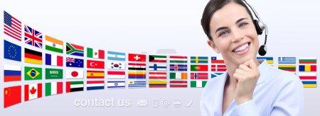 Photo pour Contactez-nous, opérateur de service à la clientèle femme avec casque souriant isolé sur fond de drapeaux internationaux - image libre de droit