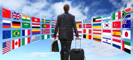 Photo pour Homme d'affaires international de voyage avec chariot, concept commercial global - image libre de droit