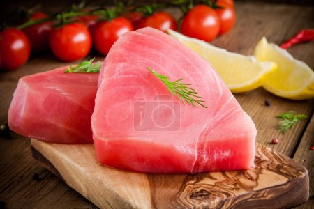 Raw tuna fillet with dill, lemon, cherry tomatoes and olive oil
