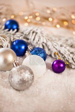 Photo pour Beaucoup de boules de Noël près de l'arbre de Noël sur fond neigeux - image libre de droit