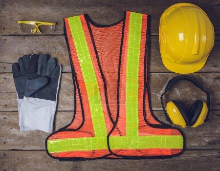 Photo pour Équipement de sécurité de construction standard sur table en bois. vue de dessus - image libre de droit