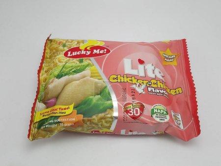 Photo pour QUEZON CITY, PH - NOV 20 - Lucky me lite chicken flavor Instant mami nouilles le novembre 20, 2020 à Quezon City, Philippines. - image libre de droit