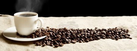 Photo pour Closeup tasse de café dispersée avec de la mousse et beaucoup de grains en vue panoramique sur le linge de tissu - image libre de droit