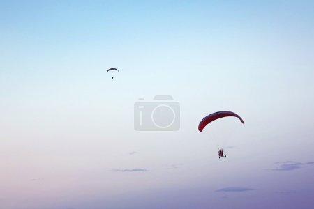 Photo pour Paramoteur dans le ciel bleu - image libre de droit