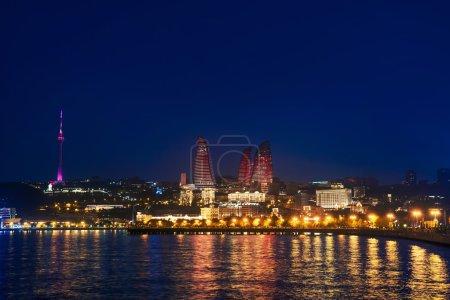 Photo pour Vue du soir de la tour des tours de flamme, Bakou, Azerbaïdjan - image libre de droit
