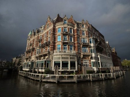 Photo pour Façade célèbre de la maison historique de style architectural Amsterdam Hôtel de leurope en Hollande Pays-Bas - image libre de droit