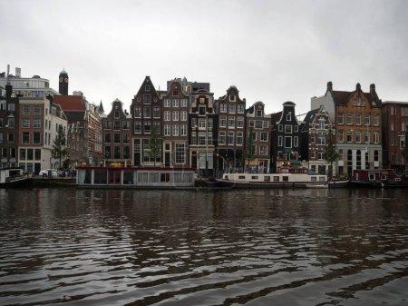 Photo pour Architecture typique de style Amsterdam façade extérieure de maisons bâtiments dans le centre-ville d'Amstel en Hollande Pays-Bas - image libre de droit