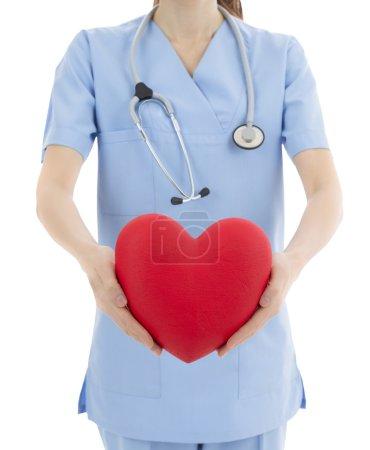 Photo pour Médecin tenant coeur entre ses mains et affichage. Symbole conceptuel. - image libre de droit