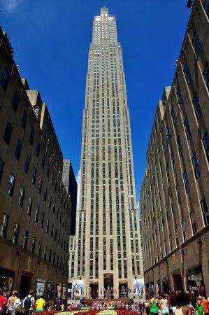 Photo pour NYC : The Channel Gardens et bâtiment GE de 65 étages, 30 Rockefeller Center x - image libre de droit