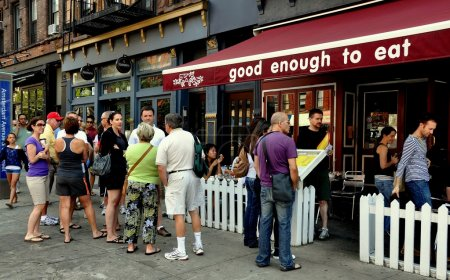 Photo pour NYC:  People queue in line to enjoy a summer Sunday brunch at the very popular Good Enough to Eat restaurant on Amsterdam Avenue - image libre de droit