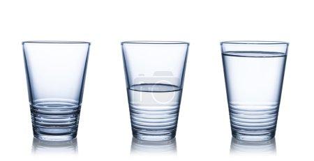 Photo pour Verres vides, à moitié et pleins d'eau. Isolé sur blanc - image libre de droit