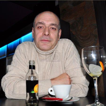 Photo pour Espagnol assis à une table avec une tasse de café à la maison - image libre de droit