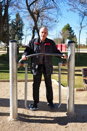 Photo pour Espagnol a été à la salle de gym dans le parc - image libre de droit