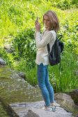 Dívka bere krajina obrázky na mobil