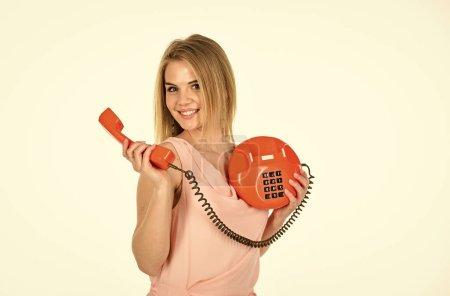 Des gadgets obsolètes. Appelez le bureau d'affaires. Adorable interlocutrice féminine. Concept d'interlocuteur. Secrétaire à l'ancienne. Joyeux fille parlant téléphone rétro. Interlocuteur ludique. Administrateur répond au téléphone