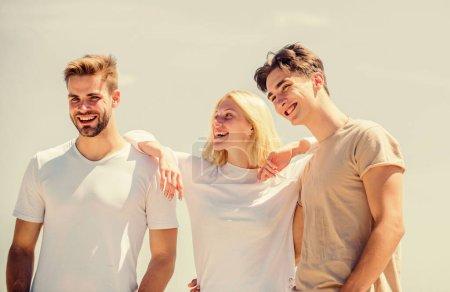 Photo pour Des émotions sincères. concept de paradis. des sommets de succès. femme heureuse et deux hommes. amis joyeux. relations amicales. liens familiaux et amour. vacances d'été. C'est l'heure de se détendre. groupe de personnes en plein air. - image libre de droit
