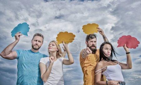 Améliorer la communication en groupe. Communication de groupe plaisir. Les amis envoient des messages sur les bulles de bande dessinée. Les gens parlent en utilisant des bulles d'expression. La communication se fait par ballons de parole, espace de copie