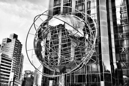 земной шар в Нью-Йорке, черном и белом