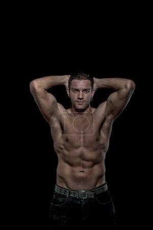 Photo pour Sexy jeune bel homme athlétique avec torse nu sur fond noir avec fond - image libre de droit
