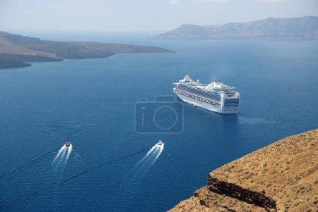 Photo pour Bateau de croisière et deux bateaux près de Santorin. Grèce - image libre de droit