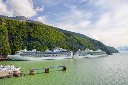 Photo pour Skagway, Alaska, Usa - été 2009 : deux navires de croisière amarré à Skagway, en Alaska, à l'été 2009 - image libre de droit