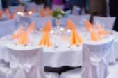 Rozmazané stolničení v luxusní svatební hostinu
