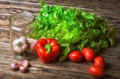 Zelenina na dřevěný stůl
