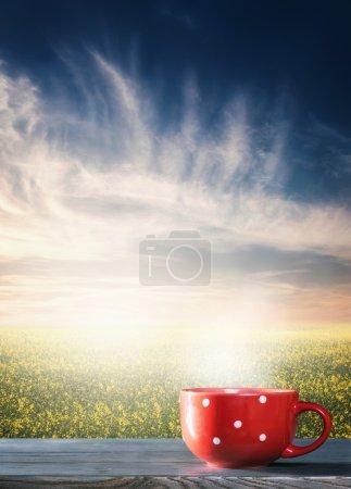 Photo pour Une tasse de chocolat chaud contre la nature paysage - image libre de droit