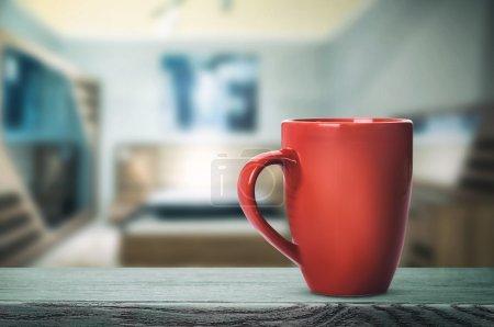 Photo pour Coupe rouge avec boisson chaude sur la table (tonification vintage ) - image libre de droit