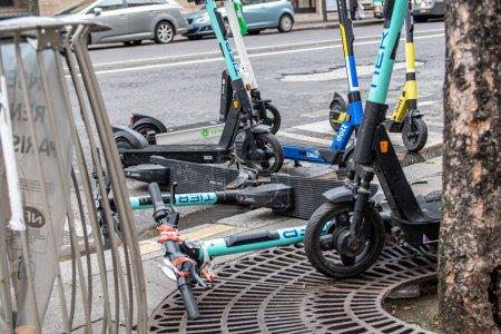 Photo pour Scooters électriques dans un parking Paris, France, 26.1.2021 Tombé, cassé endommagé. désastre écologique du siècle - image libre de droit