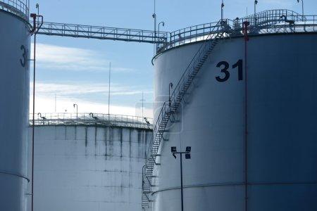 Photo pour Réservoirs de carburant métalliques dans le port - image libre de droit