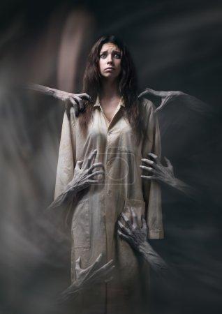 Photo pour Fille en robe sale, main de la mort, cauchemars, insomnie, une femme malade mentale, thème halloween, rêve effrayant, mains du démon, mains du diable dans la fumée, scène de film d'horreur avec une fille, peur en studio - image libre de droit