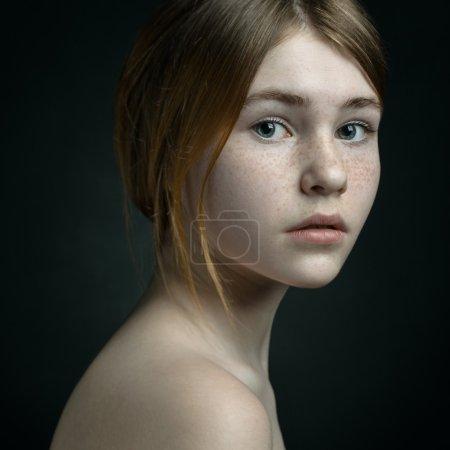 Photo pour Un portrait dramatique d'un thème fille : portrait d'une belle fille sur un fond - image libre de droit