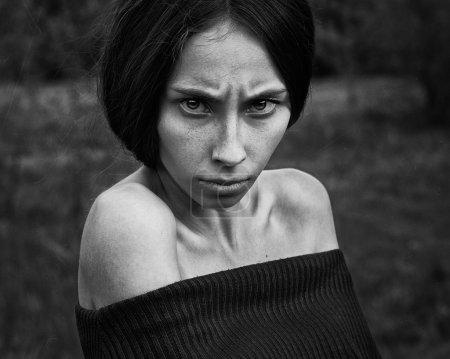 Foto de Tema pesadilla y Halloween: retrato de la bruja de niña asustadiza - Imagen libre de derechos