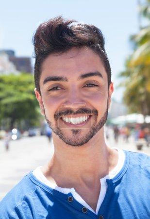 Foto de Soñando chico brasileño en una ciudad moderna con edificios, calle y cielo azul en el fondo - Imagen libre de derechos