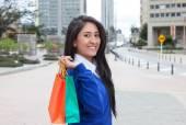 Krásná Latina žena s nákupní tašky ve městě