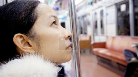 Foto de Retrato de chica asiática sentada en tren - Imagen libre de derechos