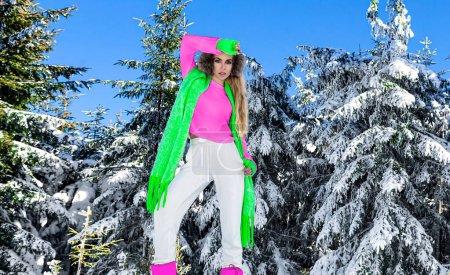 Photo pour Portrait d'hiver de jeune femme. Modèle de mode d'hiver avec costume de ski et lunettes. Attrayant jeune femme en plein air en hiver. Montagnes, neige blanche dans la journée magique d'hiver. - image libre de droit