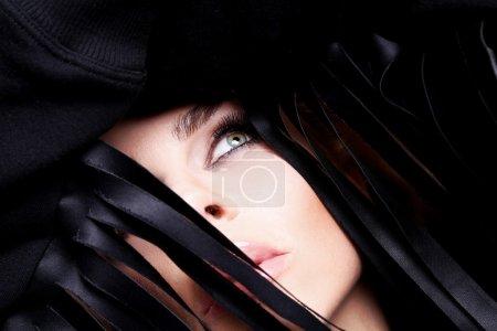 Photo pour Photo montre un portrait de la belle femme dans un joli petit maquillage du visage avec des yeux verts sens coiffure dans vos cheveux blonde regardant sensuellement vers le haut sur un fond noir - image libre de droit