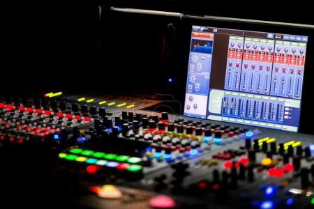 Photo pour Une console de mixage, ou mixeur audio, dof peu profond - image libre de droit