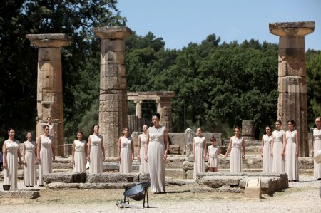 Photo pour OLYMPIA , GREECE, MAY 9, 2012: High Priestess, the Olympic flame during the Torch lighting ceremony of the Olympic Games in London in 2012 at ancient Olympia - image libre de droit