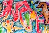 Pestré graffiti umění lemují ulice zdi