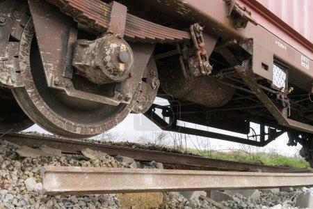 Photo pour THESSALONIKI, GRÈCE, 28 MARS 2015 : Entraîneurs déraillés sur les lieux d'un accident de train dans la communauté de Gefyra, dans le nord de la Grèce. Le train transportait du matériel électronique  . - image libre de droit