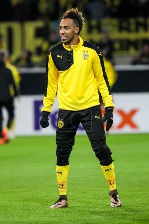 Photo pour Dortmund, Allemagne- 10 décembre 2015 : Pierre Emerick Aubameyang avant le début du match de l'UEFA Europa League entre PAOK et Borussia Dortmund au BVB Stadium - image libre de droit