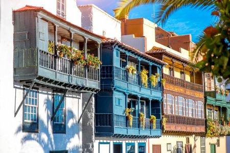 Photo pour Célèbres balcons colorés antiques ornée de fleurs dans la ville de Santa Cruz sur l'île de La Palma en Espagne - image libre de droit