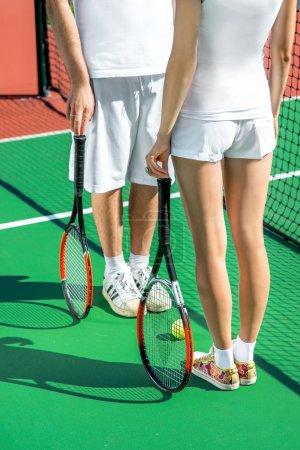 Photo pour Joueurs tenant des raquettes de tennis sur le terrain de tennis th - image libre de droit