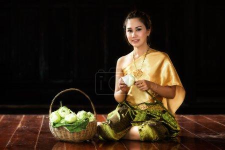 Photo pour Femme thaïlandaise en costume traditionnel de Thaïlande à Ayutthaya - image libre de droit