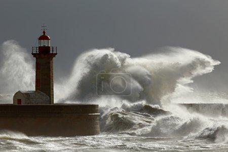 Бурные волны с интересным светом