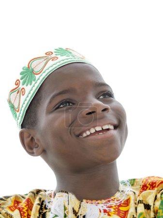 Photo pour Afro garçon souriant, dix ans, isolé - image libre de droit