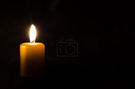 Photo pour Une décoration de bougie brûlante sur fond noir - image libre de droit